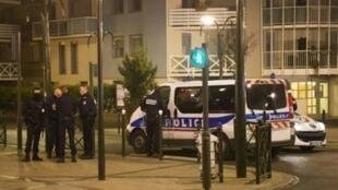 عملية للشرطة الفرنسية في أرجنتوي شمال غرب باريس، 25 آذار/مارس 2016.