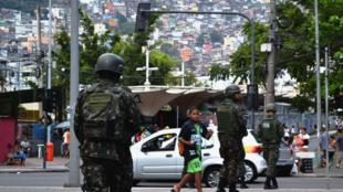 L'État de Rio de Janeiro, et notamment les favelas, est sous le commandement de l'armée depuis février, début de l'intervention militaire.