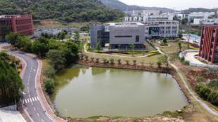 مشهد من الجو لمختبر بي4 بمعهد ووهان لعلوم الفيروسات في مقاطعة هوباي بوسط الصين، في 17 نيسان/أبريل 2020