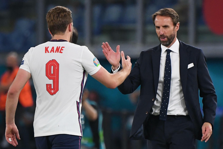 Le sélectionneur de l'Angleterre, Gareth Southgate, salue la prestation de son attaquant Harry Kane lors du quart de finale de l'Euro face à l'Ukraine, à Rome, le 3 juillet 2021