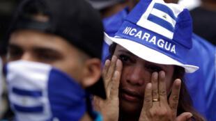 Una mujer llora durante una marcha para rechazar actos de xenofobia perpetrados contra nicaragüenses que migraron hacia Costa Rica.