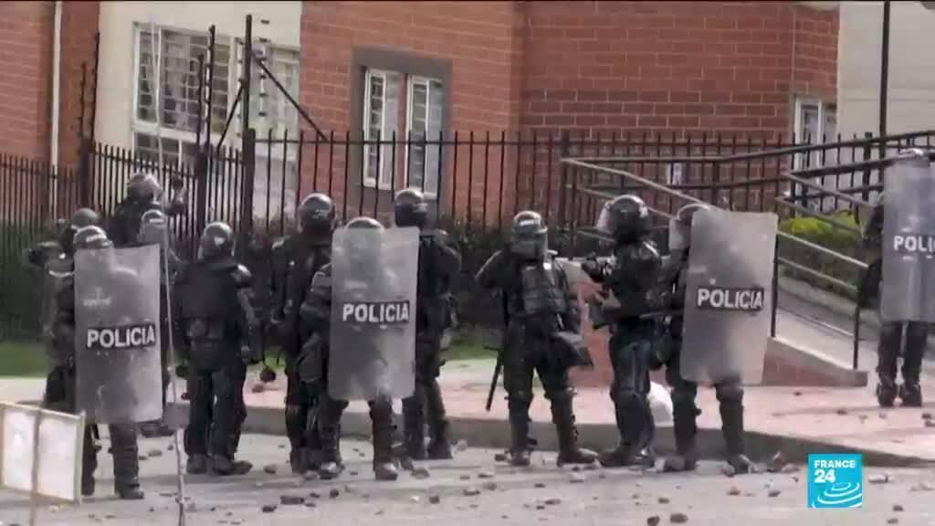 2021-06-01 11:06 Colombian soldiers given mixed reception in protest center Cali