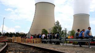 Des salariés bloquent l'accès de la centrale nucléaire de Nogent-sur-Seine, le 26 mai 2016.