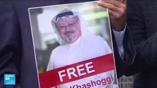 صور حملها متضامنون مع الصحافي جمال خاشقجي خلال وقفة لهم أمام قنصلية الرياض في اسطنبول.