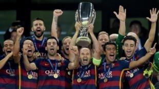 فريق برشلونة يحمل كأس السوبر الأوروبية في 11 آب/أغسطس 2015