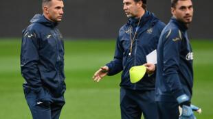 Le sélectionneur ukrainien Andreï Shevchenko (g) discute avec un membre du staff près du gardien Georgiy Bushchan (d) au cours d'un entraînement au Stade de France, le 6 octobre 2020