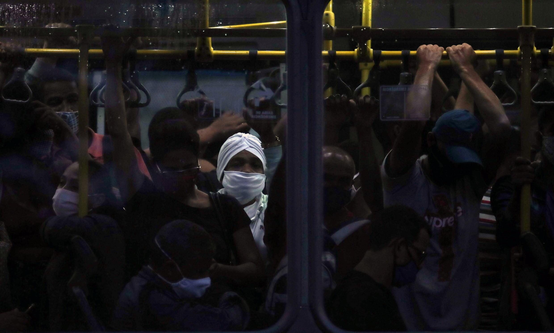 Archivo-Los pasajeros viajan estrechos en un autobús público en medio de la pandemia del Covid-19, en Río de Janeiro, Brasil, el 18 de noviembre de 2020.
