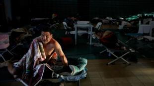 Carlos Cruz, damnificado por el huracán María, se despierta en un refugio instalado en el coliseo Pedrin Zorrilla de San Juan, en Puerto Rico 25/09/2017