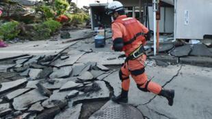 À Mashiki, la préfecture de Kumamoto au Japon, le séisme a fait de nombreux dégâts dans un quartier résidentiel.