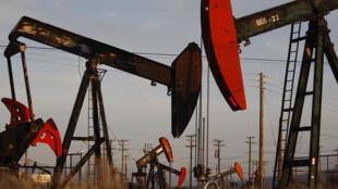 Des puits pour l'extraction de pétrole non-conventionnel en Californie.