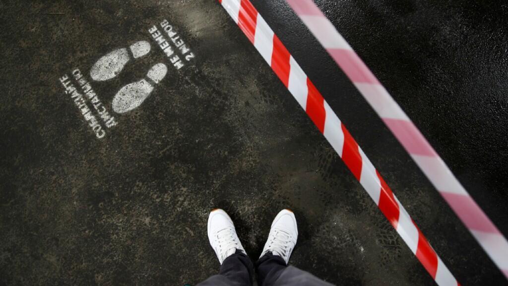"""Un signo de distanciamiento social pide """"mantener una distancia no menor a dos metros"""" en un supermercado de Moscú, Rusia, el 5 de mayo de 2020."""