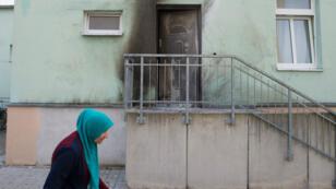 Une femme passe devant la mosquée Fatih Camii Mosque à Dresde visée par un attentat le 26 septembre. 2016.