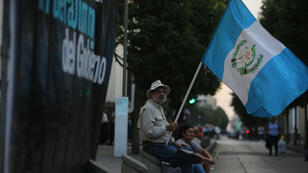 Grupos de personas protestan en Ciudad de Guatemala el 27 de diciembre por la solicitud de antejuicio (desafuero) contra tres magistrados de la Corte de Constitucionalidad, lo que recrudece el pulso entre el presidente Jimmy Morales y el máximo tribunal del país, que, por mayoría, ha defendido a la Comisión Internacional Contra la Impunidad en Guatemala (Cicig).