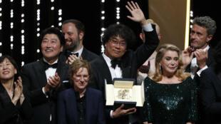 المخرج الكوري الجنوبي بونغ جون-هو بعد فوزه بالسعفة الذهبية في مهرجان كان. 25 مايو/أيار 2019.