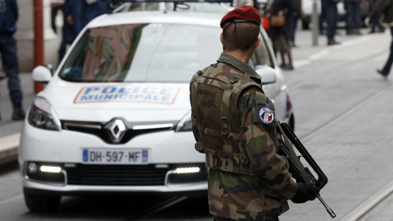 Un militaire du dispositif Vigipirate dans une rue de Paris.