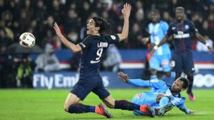 L'attaquant parisien Edinson Cavani, taclé par le défenseur phocéen Jorge Rolando.