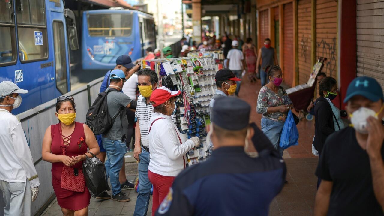 Las personas caminan por las calles en Guayaquil este miércoles 20 de mayo, luego de que iniciara una reapertura gradual de actividades en la ciudad.