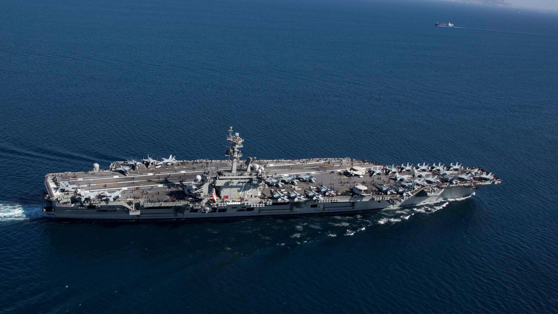 El portaaviones de la clase Nimitz USS Abraham Lincoln transita por el Estrecho de Gibraltar, entrando al mar Mediterráneo en esta foto del 13 de abril de 2019 proporcionada por la Marina de los Estados Unidos.