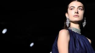 Un mannequin présente une création de Rahul Mishra lors du défilé de la collection Haute Couture Printemps-Été 2020 à Paris, le 23 janvier 2020