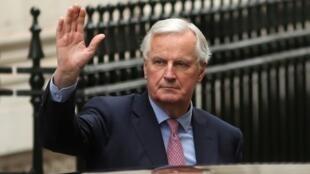 كبير مفاوضي الاتحاد الأوروبي حول بريكسيت ميشال بارنييه عند وصوله أمام مقر الحكومة البريطانية بلندن 5 فبراير 2018