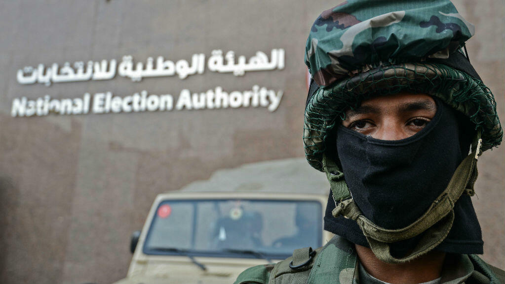 A member of the Egyptian special forces stands guard in front of the National Election Authority in Cairo on January 29, 2018.