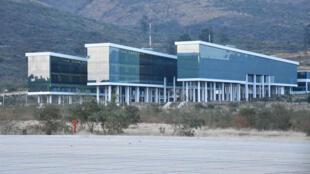 Vista del bloque destinado a las plenarias y oficinas administrativas del Parlamento de Unasur, inagurado la pasada noche del 12 de septiembre por el presidente de Bolivia, Evo Morales, en el municipio de San Benito, a unos 40 kilómetros de la ciudad de Cochabamba.