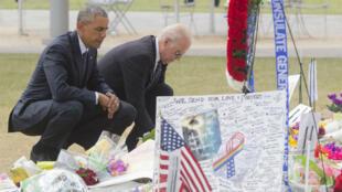 Barack Obama et Joe Biden se recueuillant devant le Pulse, à Orlando.
