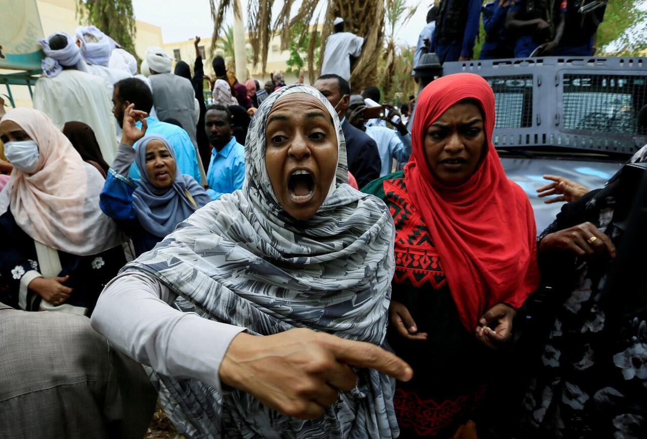 Una mujer sudanesa canta consignas fuera de la corte durante el nuevo juicio contra el derrocado presidente Omar al-Bashir y algunos de sus antiguos aliados, en Jartum, Sudán. 21 de julio de 2020.