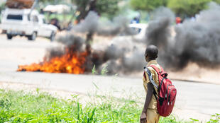 Une barricade en feu lors du premier jour de grève générale, le 14 janvier 2019 à Bulawayo, deuxième ville du pays.
