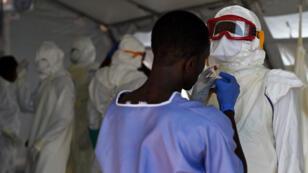 L'épidémie Ebola a fait 10 004 morts, d'après un bilan de l'OMS publié le 12 mars 2015.