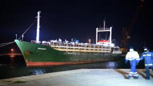 Le Ezadeen, navire marchand avec des migrants clandestins à bord, entre au port de Corigliano Calabro, le 2 janvier 2015.