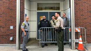Los oficiales de la policía protegen la entrada a la sala de emergencias, luego de un tiroteo en la sede de YouTube en las cercanías, en el Hospital General de San Francisco en San Francisco, California, EE. UU.