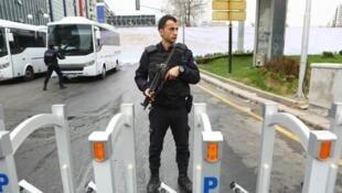 Un policier turc dans la rue à Ankara, en Turquie. Au total, 32 000 personnes ont été arrêtées en Turquie dans le cadre des vastes purges visant des partisans présumés de l'ex-prédicateur Fethullah Gülen.