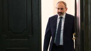 El primer ministro de Armenia, Nikol Pashinián entra en una sala antes de una reunión de gabinete en Ereván, Armenia , el 16 de octubre de 2018.
