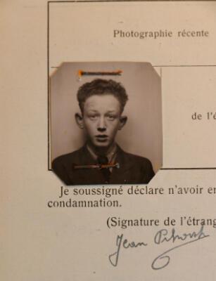 Une photographie de Jean Pikovsky, datant de1937, retrouvée dans son dossier de la police des étrangers. Il avait alors 15ans.