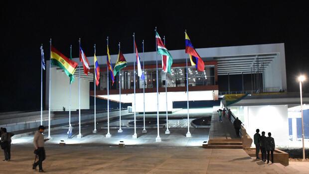 Vista del Parlamento de UNASUR, inaugurado la pasada noche del 12 de septiembre en el municipio de San Benito, a unos 40 kilómetros de la ciudad boliviana de Cochabamba.