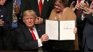 Donald Trump, vendredi 16 juin, en Floride avec les nouveaux actes signés concernant la politique américaine vis-à-vis de Cuba.