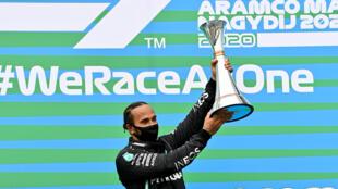 Lewis Hamilton sur la plus haute marche du podium après sa victoire le 19 juillet 2020 sur le Hungaroring de Budapest