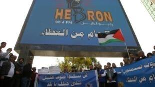 صحافيون فلسطينيون أمام مقر إذاعة راديو الخليل احتجاجا على إقفال الإذاعة في 21 نوفمبر 2015