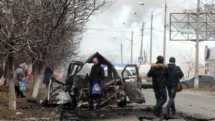 Un véhicule détruit lors d'une offensive des séparatistes pro-russes le 24 janvier 2015 à Marioupol.