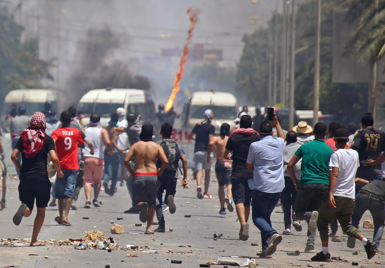اندلعت الاشتباكات مرة أخرى بين الشرطة والمتظاهرين يوم الاثنين 22 يونيو في تطاوين بتونس.