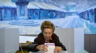 ناخبة بوسنية تدلي بصوتها في مركز اقتراع في سراييفو في 7 تشرين الأول/أكتوبر 2018.