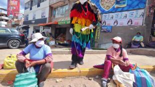 Un hombre ataviado como un ukuku, personaje mitológico andino, hace cumplir la cuarentena por la pandemia del nuevo coronavirus en la municipalidad de San Jerónimo, en Cusco, Perú, el 2 de mayo de 2020
