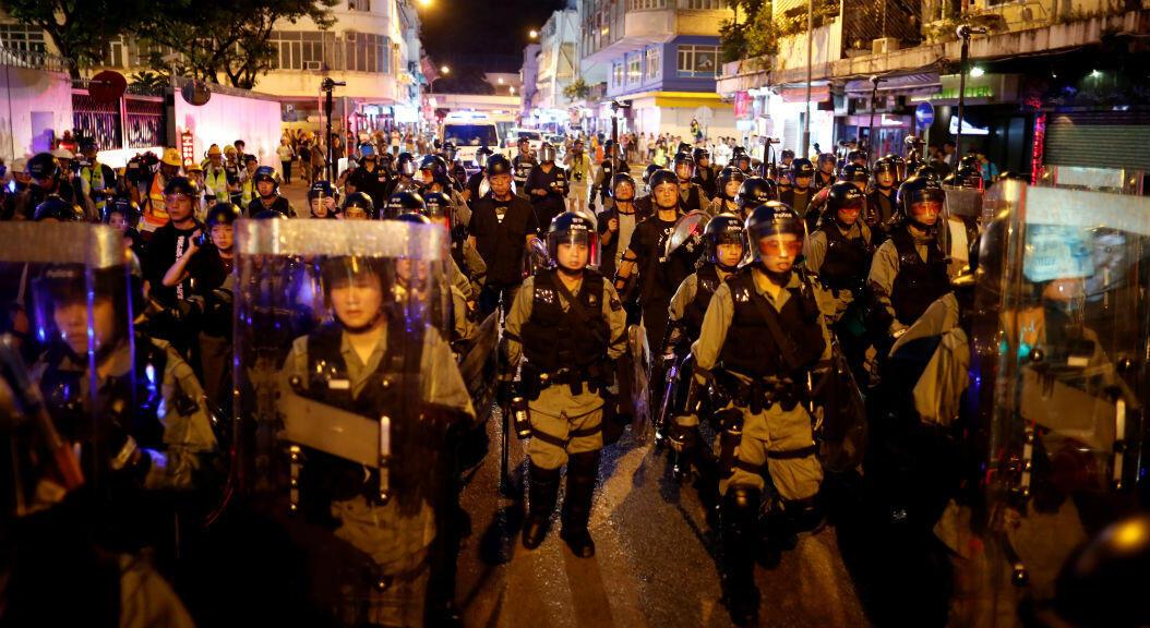 Oficiales de policía se mantienen en alerta durante las manifestaciones de este 17 de agosto de 2019, en Hong Kong.