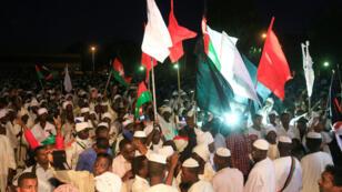 أنصار زعيم المعارضة الصادق المهدي أمام منفاه الاختياري في الخرطوم في 19 ديسمبر/ كانون الأول 2018