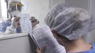 Des soignants échangent des informations dans un hôpital de Belo Horizonte (Brésil), le 1er juin 2020