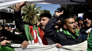 Des manifestants à Alger, vendredi 15mars2019, réclament le départ d'Abdelaziz Bouteflika.