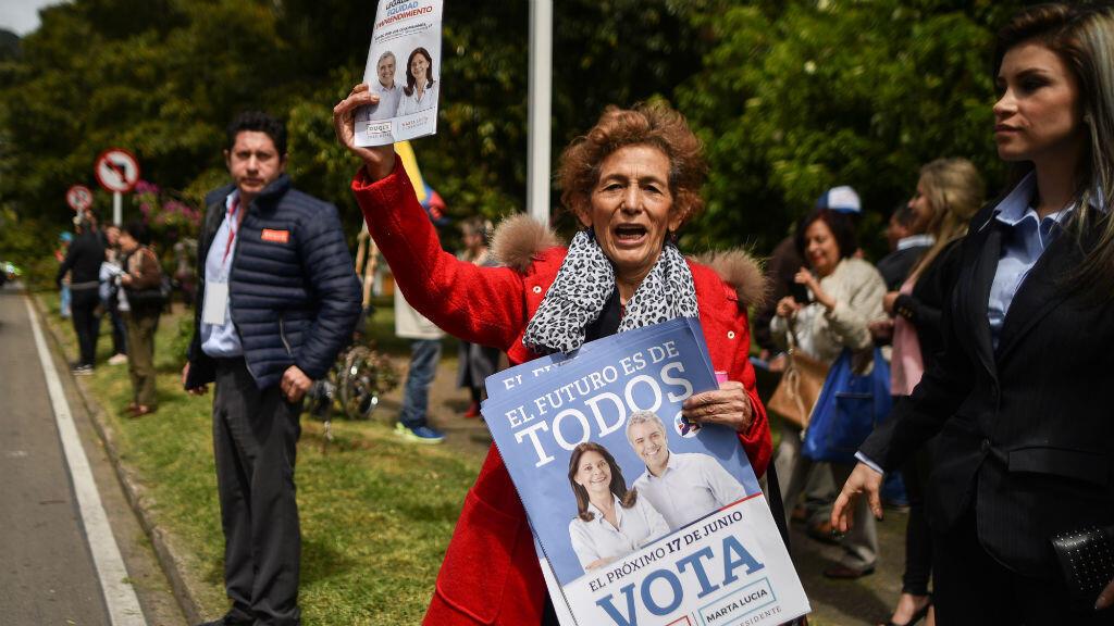 Une supportrice d'Ivan Duque fait campagne à Bogota en vue de la présidentielle du 17 juin 2018.