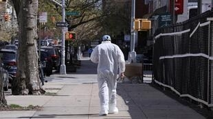 طبيب يخرج من مركز طبي بمدينة نيويورك بؤرة تفشي فيروس كورونا في الولايات المتحدة، 10 أبريل/نيسان 2020.