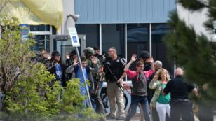 Un grupo de estudiantes y maestros mientras eran evacuados de la escuela en la que se registró un tiroteo el 7 de mayo de 2019 en Colorado, Estados Unidos.
